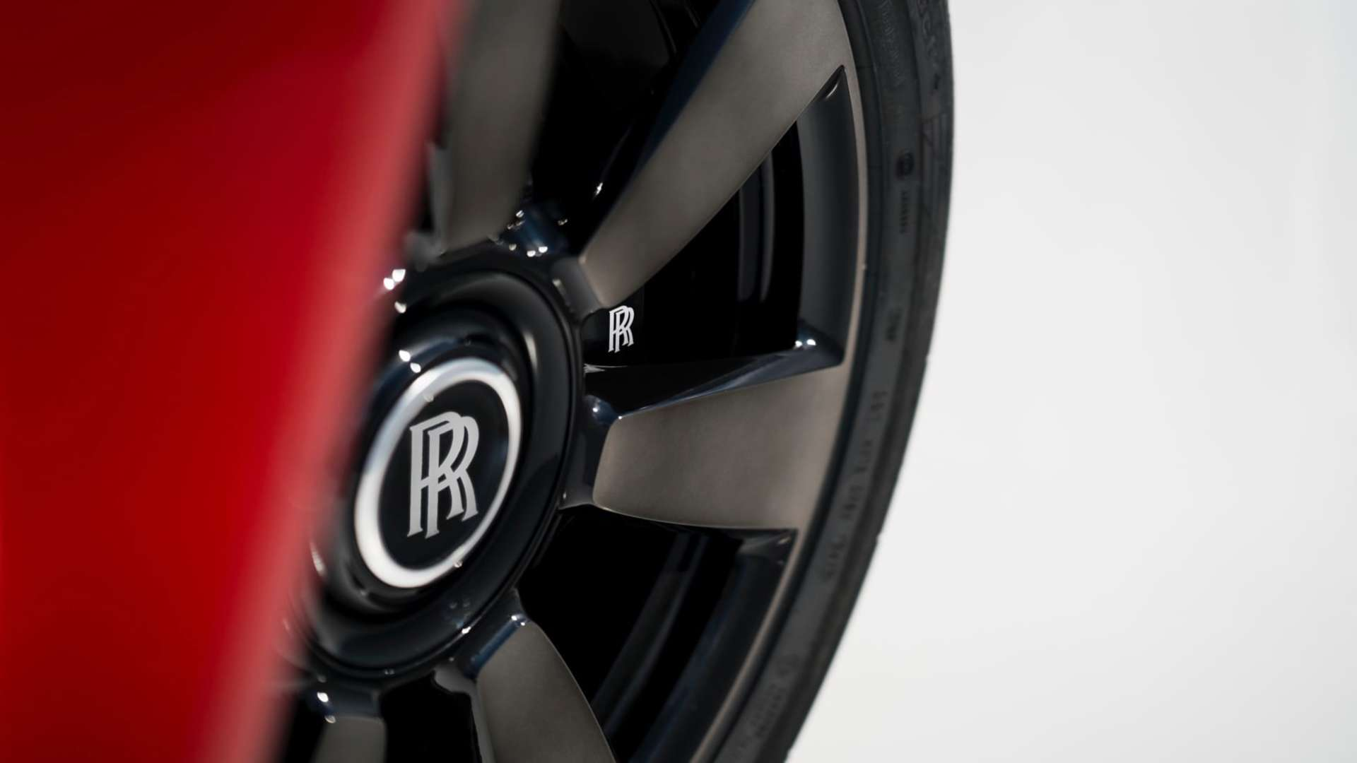 A close up of the wheels of a Rolls-Royce Cullinan motor car