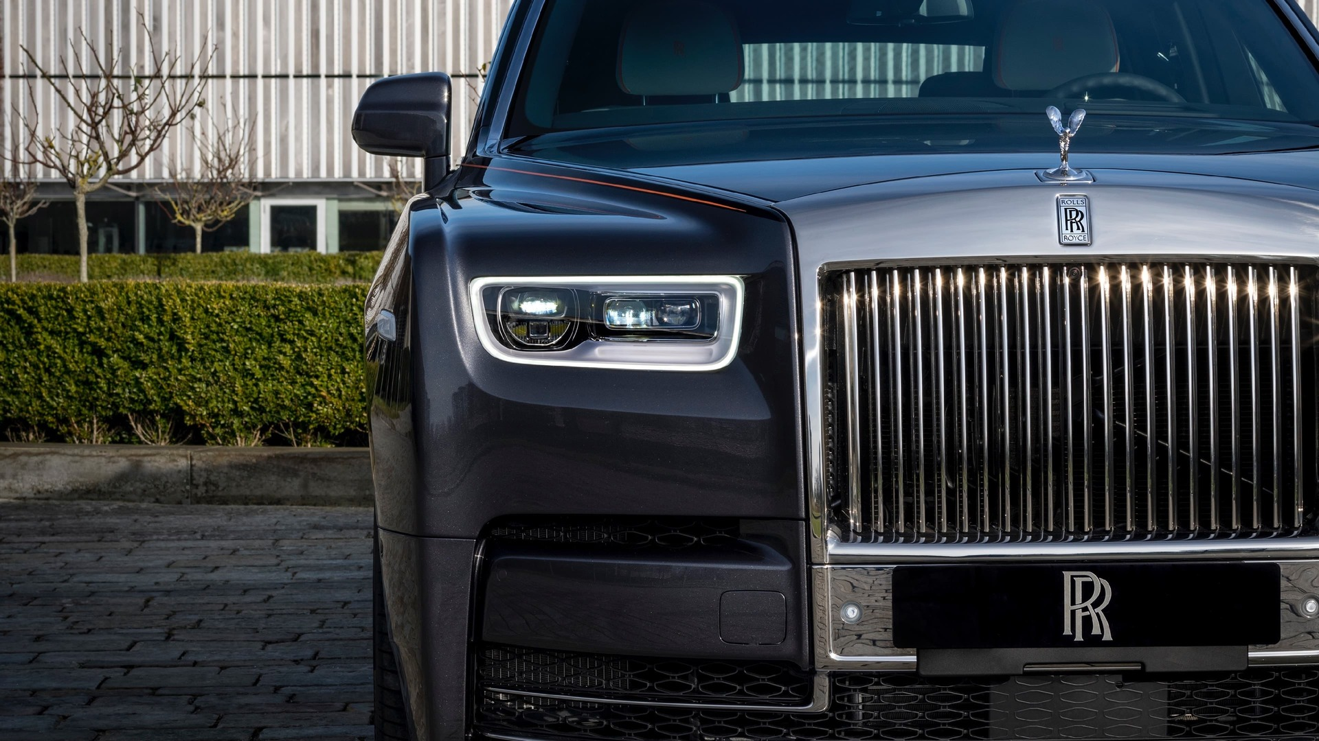 Front grille view of gunmetal Rolls-Royce Phantom standard wheelbase