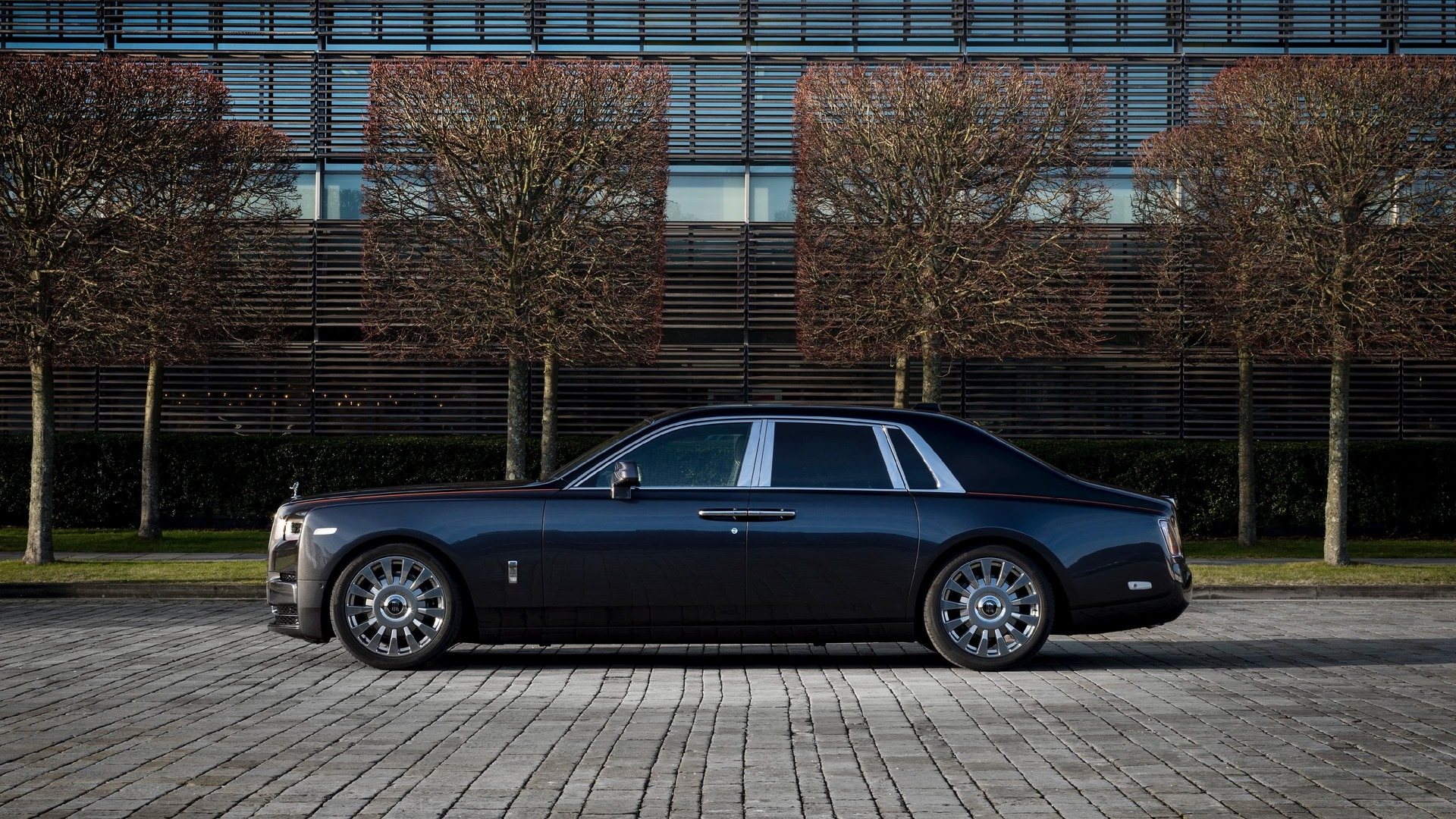 Side view of gunmetal Rolls-Royce Phantom standard wheelbase