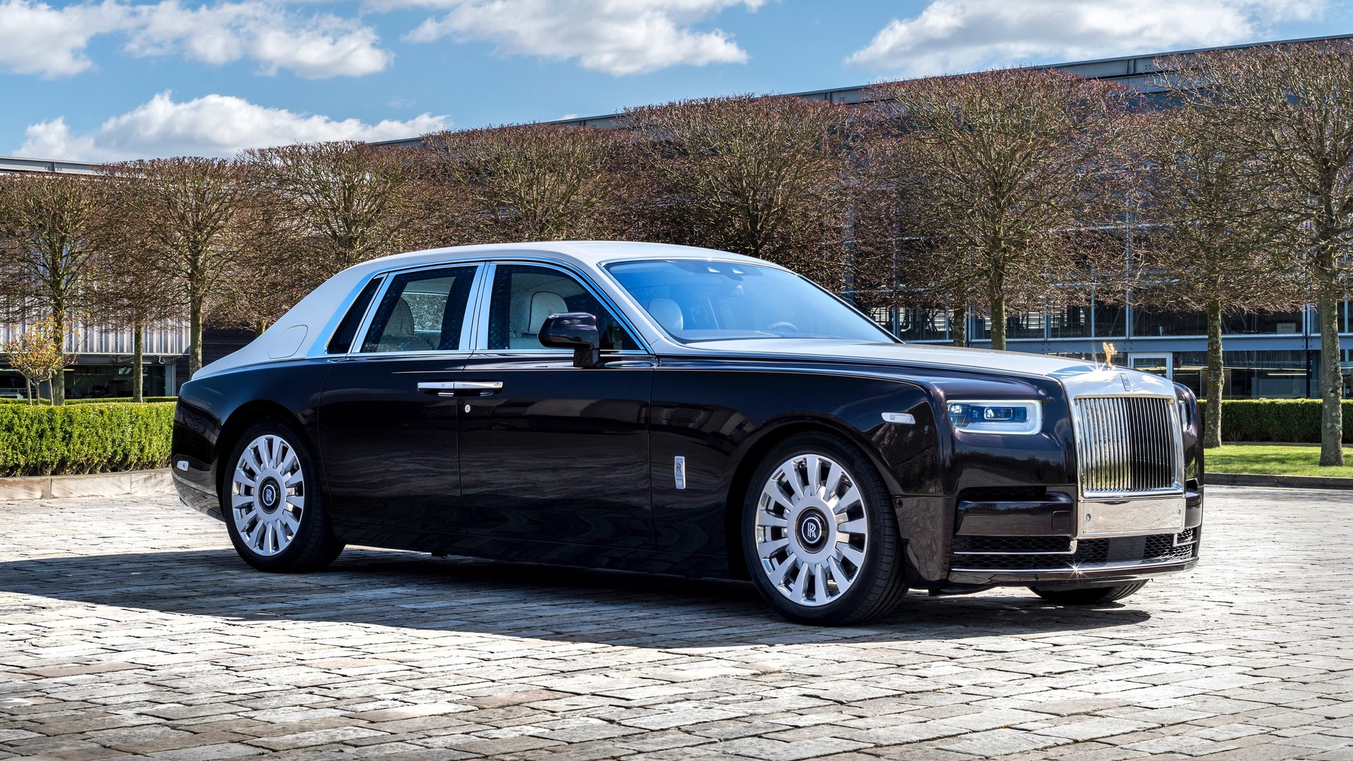 Front side view of smokey quartz Rolls-Royce Phantom standard wheelbase
