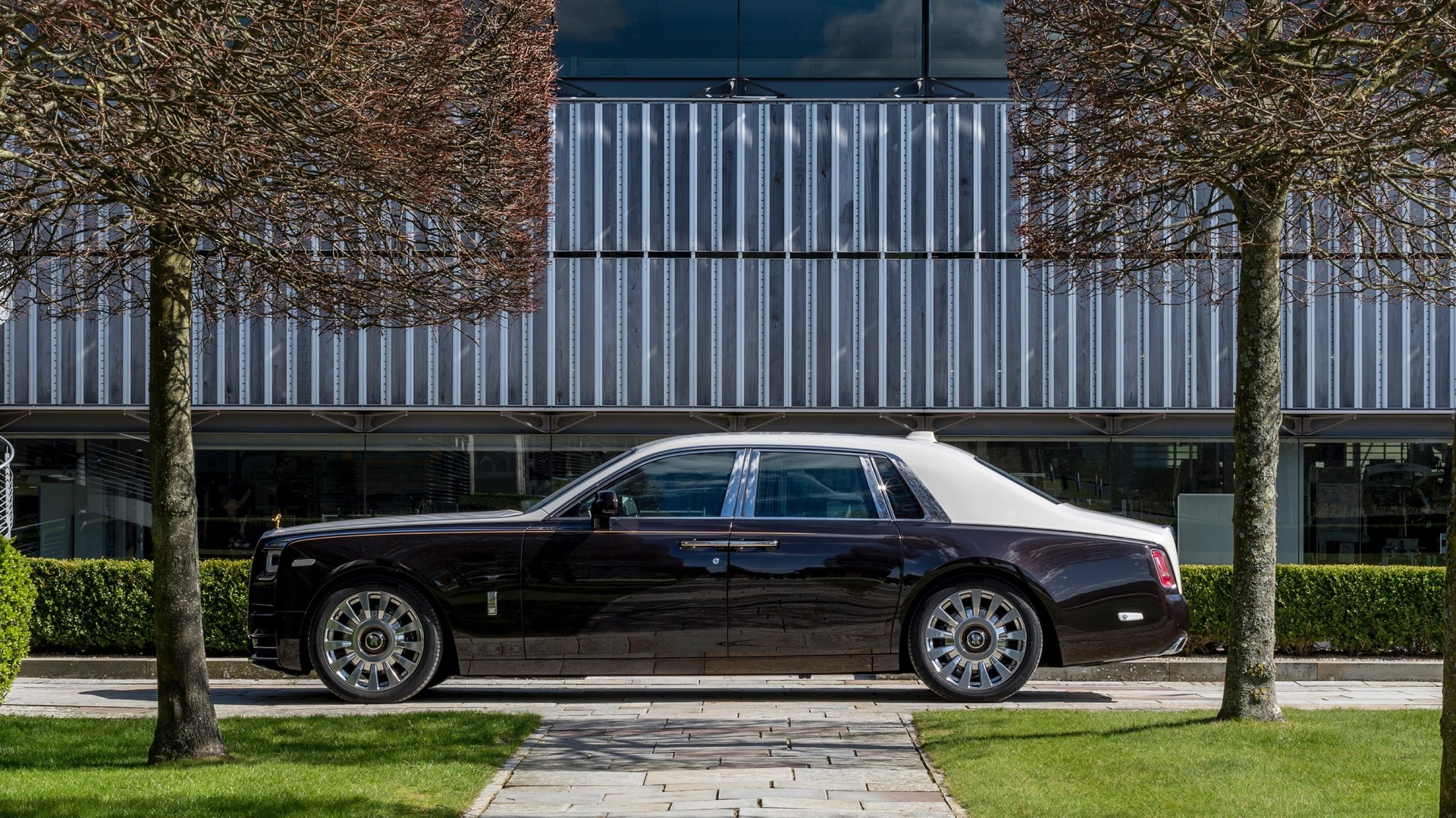 Side view of smokey quartz Rolls-Royce Phantom standard wheelbase