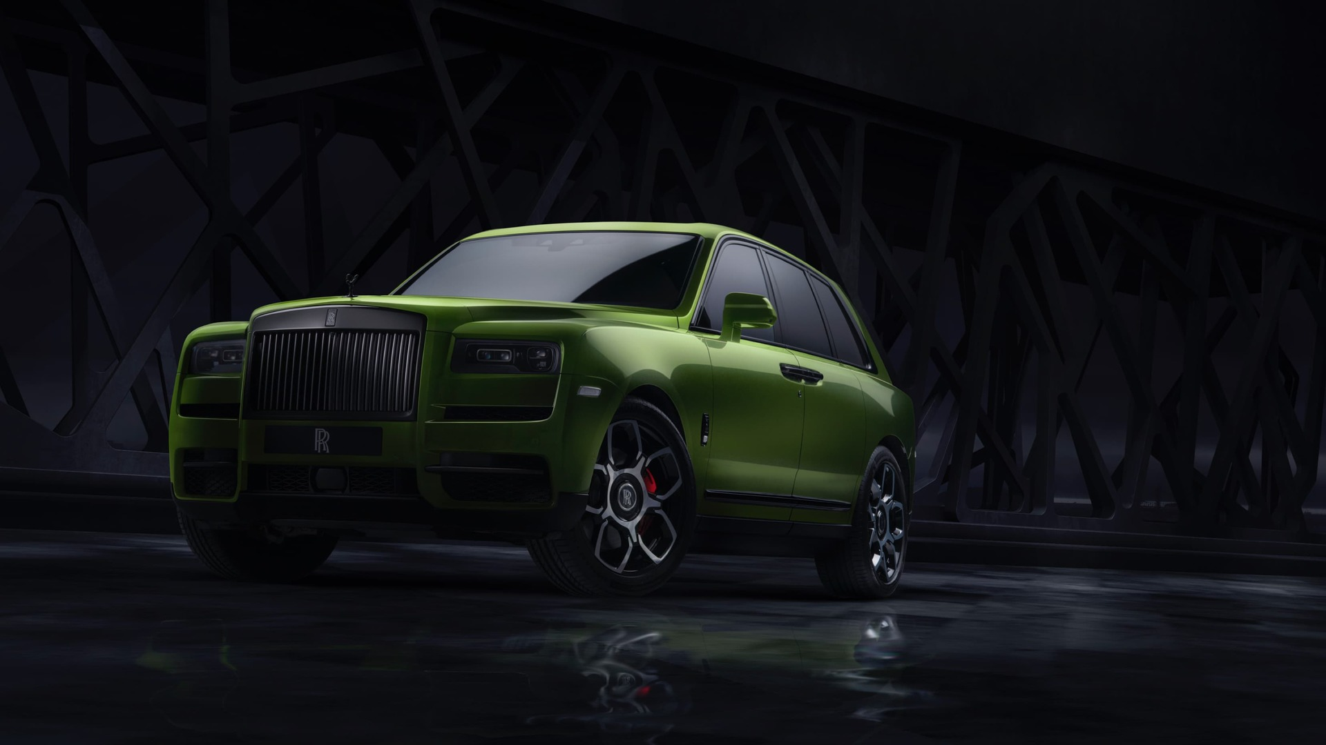 Front view of the Rolls-Royce Cullinan in green.