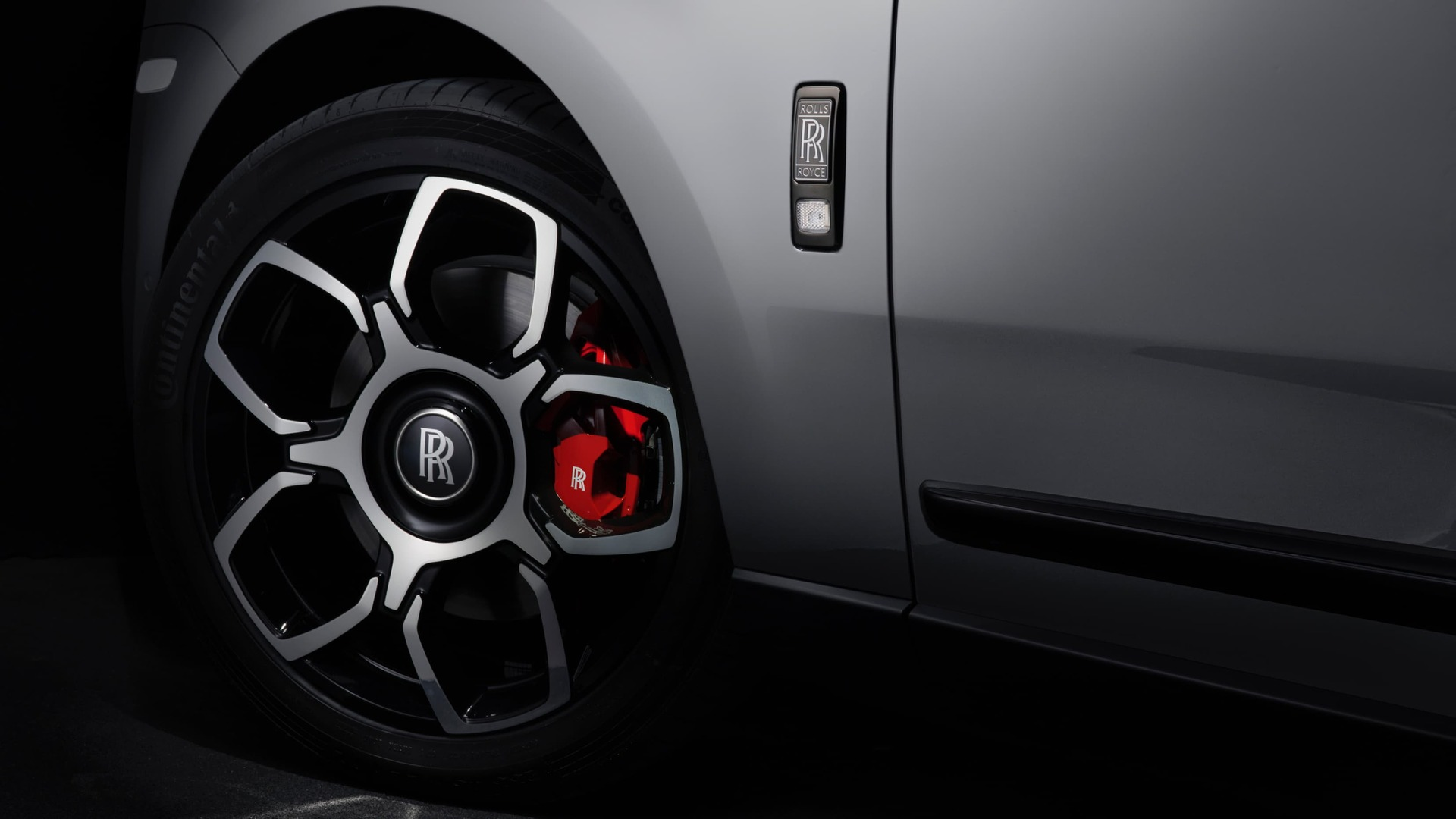Left wheel of the Rolls-Royce Cullinan with the red brake calliper visible.
