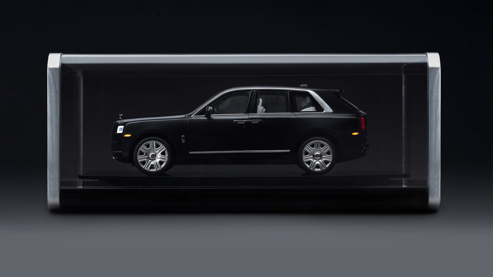 Side exterior view of the 1:8 scale model of the Rolls-Royce Cullinan motor car in glass case