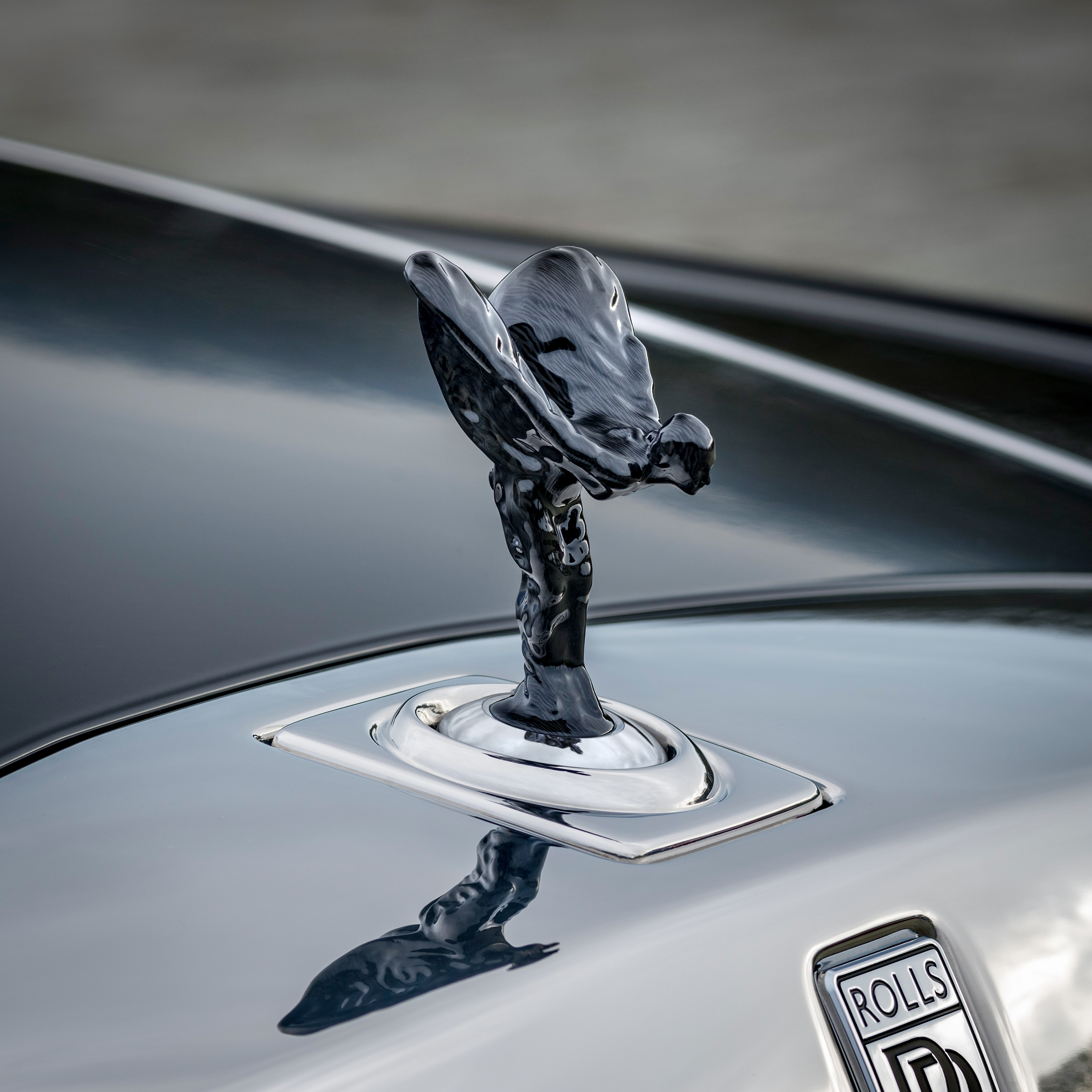 <p>The modern age demands a modern approach. Adorn your Rolls-Royce with the deep black of carbon fibre.</p>